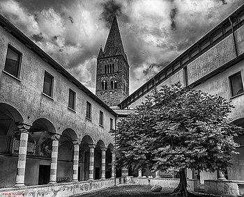 Versione in bianco e nero del Chiostro di Sant'Agostino.jpg