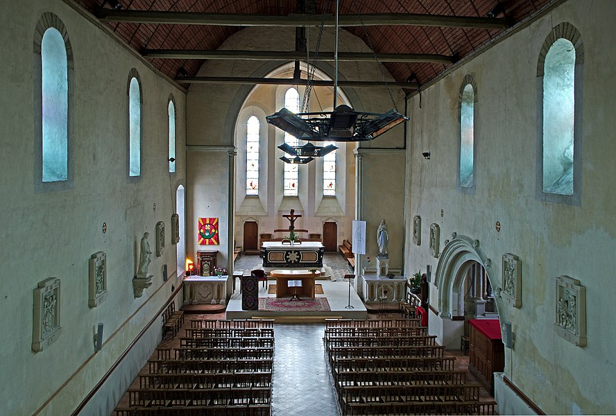 Villevêque (Maine-et-Loire)  Eglise Saint-Pierre.  La nef, unique, est du début du XIe siècle. Elle est couverte d'une voûte lambrissée de 1771. Le choeur est du XIIIe siècle, il a été restauré au début du XXe siècle. La porte sud a été refaite au XIXe siècle.