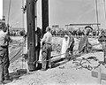 Wethouder Den Uyl van Publieke Werken slaat eerste paal voor de bouw van het Cen, Bestanddeelnr 915-2222.jpg