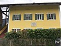 Wohnhaus in der König-Otto-Straße im oberbayerischen Kiefersfelden mit Tafel (Max von Pettenkofer).jpg