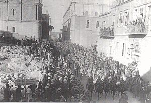 Hundreds of prisoners led by light horse or mounted rifles troopers