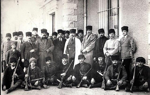 Ататюрк в окружении черкесов в июне 1920 года.