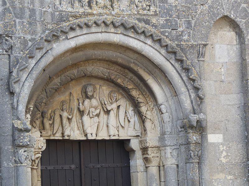 Tympan du portail roman (XIIème siècle) de  l'église Saint-Laurent de Laître-sous-Amance en Meurthe-et-Moselle.