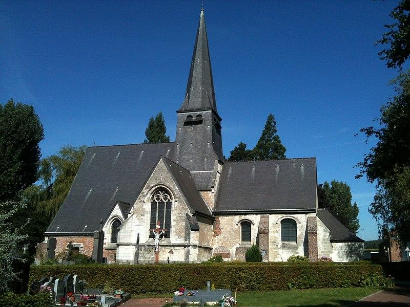 Église Sainte-Marie-Madeleine d'Englos vue par le sud, et son cimetière.
