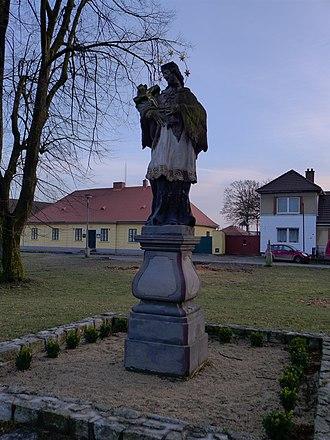 Čáslavice - Image: Čáslavice socha sv. Jana Nepomuckého