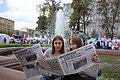 Девочки читают газету Московская правда 2.JPG