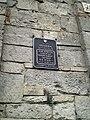 Меморіальна дошка на брамі замку.jpg