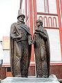 Скульптура Петра и Февронии у храма.JPG