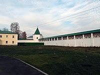Стены с шестью башнями и стена внутри Николо-Пешношского монастыря, посёлок Луговой.jpg