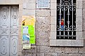 חלון ודלת הכניסה, וניתן לראות את חלון הויטראג' בפנים בית הכנסת..jpg