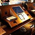 台に重ねて載せたCDを一気にスキャンする不思議なセルフレジ (7143901597).jpg