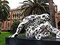 153 Escultura Trans-lettera, al fons la Villa Genoese Zerbi.jpg