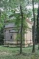 49.Hrobka Daubků diagonální pohled na zadní a na západní stěnu s apsidou kaple v zeleni.JPG