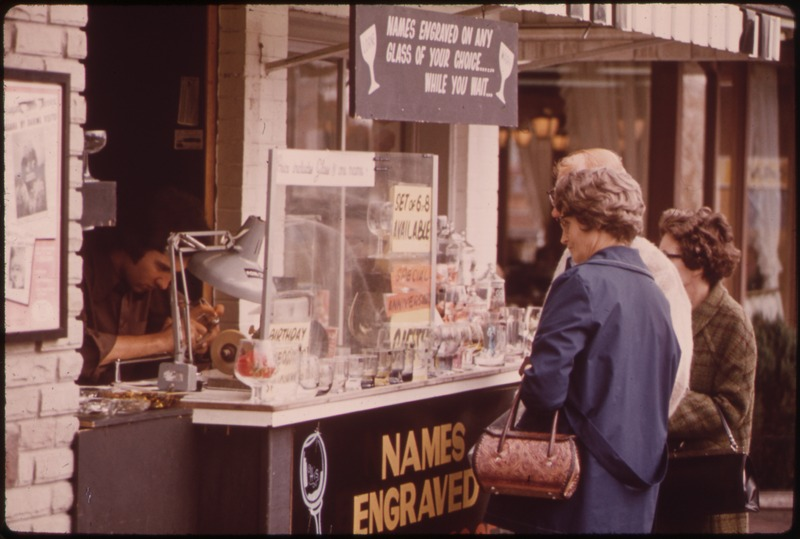 File:AMUSEMENT SECTION OF CENTER STREET, IN NIAGARA FALLS ONTARIO, OFFERS LURES ON ALL SIDES FOR TOURISTS AND HONEYMOONERS - NARA - 552413.tif