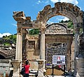 A photographer in front of the house of Hadrian - Efeso - panoramio.jpg