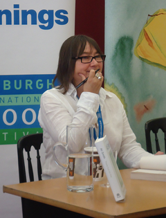 Ali Smith signerar böcker vid Edinburghs internationella bokfestival