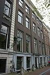 foto van Dubbel huis met gevel voorzien van hoek- en middenrisalieten, onder rechte lijst en attiek
