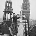 Amsterdam Restauratie Oude of St Nicolaaskerk bouwvakker legt de laatste hand, Bestanddeelnr 913-1687.jpg