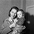 Annemarie Bandmann met Thomas op de arm, Bestanddeelnr 254-3353.jpg