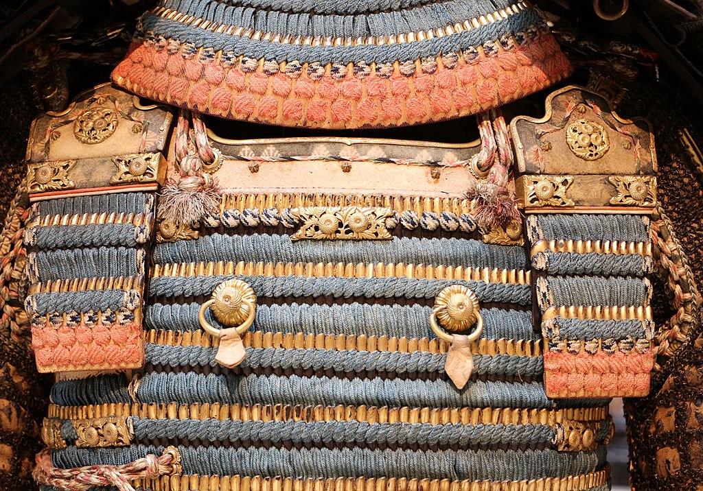 Détails d'une armure japonaise dans le musée des armes du Palais Royal de Turin. Photo de Sailko