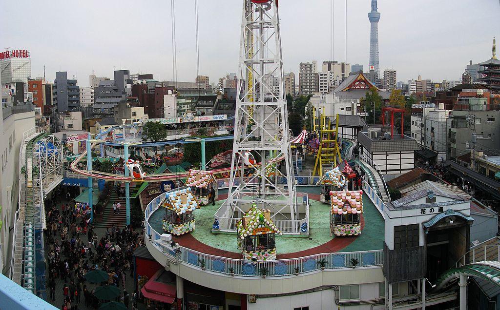 https://upload.wikimedia.org/wikipedia/commons/thumb/1/1c/Asakusa_Hanayashiki_-01.jpg/1024px-Asakusa_Hanayashiki_-01.jpg
