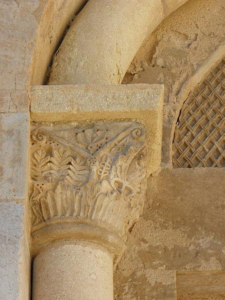 Église Saint-Martial d'Assas (34). Chapiteau gauche du portail sud.
