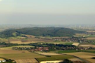 Blick von Wolfenbüttel ostsüdostwärts über Wendessenund Groß Denkte hinweg zur Asse