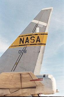 Impennaggio verticale di un B-52 della NASA. Il timone, la componente mobile utilizzata per governare il velivolo, è la parte incernierata bianca ed ha una corda che è appena il 10% della lunghezza complessiva dell'impennaggio, rispetto al 25% di altri aerei. Al contrario, il piano orizzontale visibile in basso, è completamente mobile.