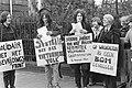 Betogers voor het Amerikaanse Consulaat in Amsterdam, demonstrerend tegen bombar, Bestanddeelnr 925-5368.jpg