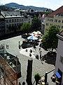 Blick vom Augustinermuseum auf den Freiburger Augustinerplatz, im Hintergrund links die Johanneskirche.jpg