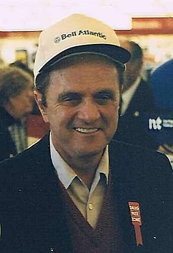 English: Bob Newhart in Norfolk, Virginia. Doi...