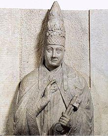La statua tombale di Bonifacio VIII, raffigurato con una tiara a due corone.