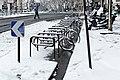 Boulevard de Ménilmontant (Paris), arceaux à vélo sous la neige 01.jpg