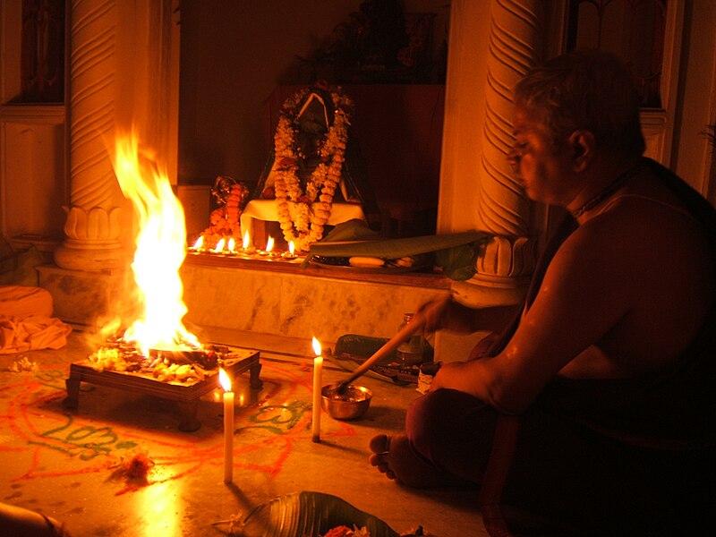 Fichier:Brahmana performing fire sacrifice.JPG