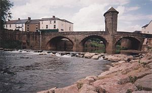 River Monnow - River Monnow in Monmouth with the Monnow bridge