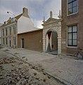 Brouwerijpoort van de Drie Tonnekens, dient nu als de nieuwe ingang van het Zeeuws Archief, daarnaast muur met tekstfragmenten uit het reisverslag van Jacob Roggeveen - Middelburg - 20374673 - RCE.jpg