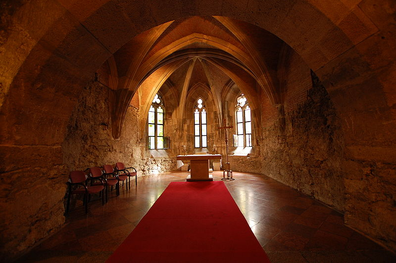File:Buda castle interior church.JPG