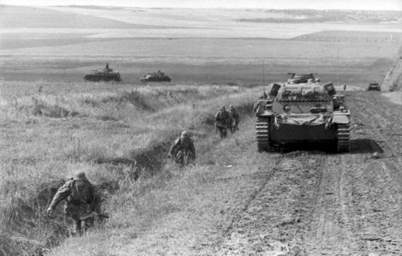 Bundesarchiv Bild 101I-187-0234-15A, Russland, Panzer und Soldaten auf Straße