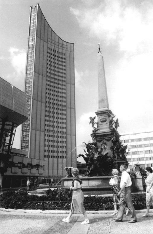 Bundesarchiv Bild 183-1982-0816-002, Leipzig, Karl-Marx-Platz, Brunnen