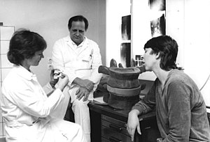 Karin Büttner-Janz - Karin Büttner-Janz (left) and Kurt Schellnack (center) developed the artificial spine disk Charité Disc in the 1980s