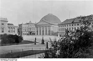 St. Hedwig's Cathedral - Image: Bundesarchiv Bild 183 Z0929 312, Berlin, Hedwigskirche, Opernplatz