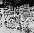 COLLECTIE TROPENMUSEUM Een cementen sculptuur van Adebisi Akanji bij de ingang tot het huis van Susanne Wenger TMnr 20014556.jpg