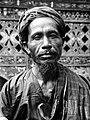 COLLECTIE TROPENMUSEUM Portret van een Minangkabause man uit Solok in adatkleding TMnr 10005048.jpg