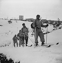 Soldati dell'esercito canadese di pattuglia sugli sci nel 1944 a Colledimezzo.