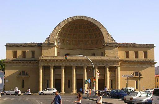 Caos davanti al Cisternone di Livorno