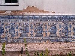 Albarrada com motivos florais em silhar na Casa dos Patudos, Alpiar�a.