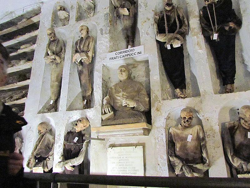 File:Catacombe dei Cappuccini Corridoio Frati Cappucini.jpg