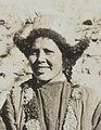 Center face detail, Women of Ladakh in Leh on 23 May 1929, from- Women of Ladakh in Leh on 23 May 1929-05-23, from- Albumblad met 3 fotos. Linksboven het expeditiegezelschap voor het huis van Kh, Bestanddeelnr 32 062 (cropped) (cropped).jpg