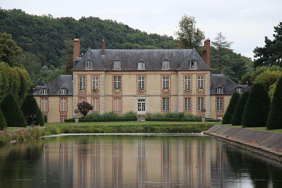 La façade ouest du château de Plaisir, avec la pièce d'eau.