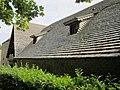 Château de Tocqueville - Communs et sa toiture en lauze.JPG